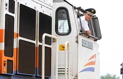 cara kerja kondektur kereta api : gaji & syarat