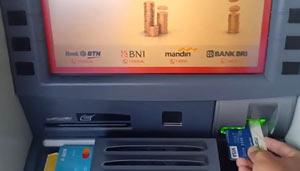 Masukkan kartu ATM ke dalam mesin